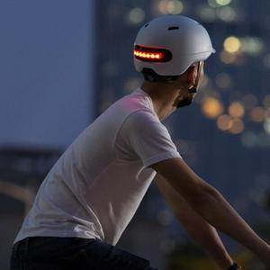 Image 2 - Nieuwe Xiaomi Fiets Smart Flash Helmen Matte Mannen Vrouwen Helm Back Light Mountain Road Scooter Integraal gegoten electrombile