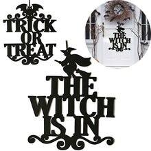 A bruxa está no dia das bruxas pendurada porta de pendurar decoração halloween