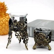 Ретро со стеклянным подсвечником, старый резной полый декоративный подсвечник, обеденная атмосфера, декоративная свеча, чашка, железная свеча