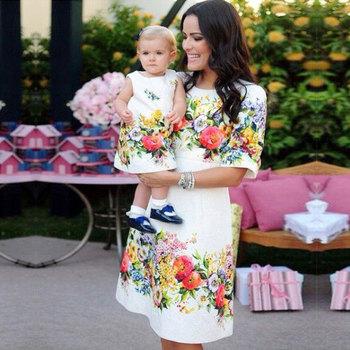 Kwiat wydruku matka córka sukienki rodzina pasujące ubrania mama matka i dzieci wygląd rodziny pół rękawa linia do kolan Dresse tanie i dobre opinie Połowa Poliester Europejskich i amerykańskich style Suknie Pasuje prawda na wymiar weź swój normalny rozmiar Floral