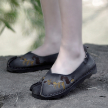 Chinese embroidered flowers female flats soft leather comfortable casual loafers women shoes soft bottom