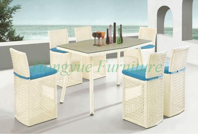 Taburetes de mimbre de color blanco cremoso con mesa al aire libre ...