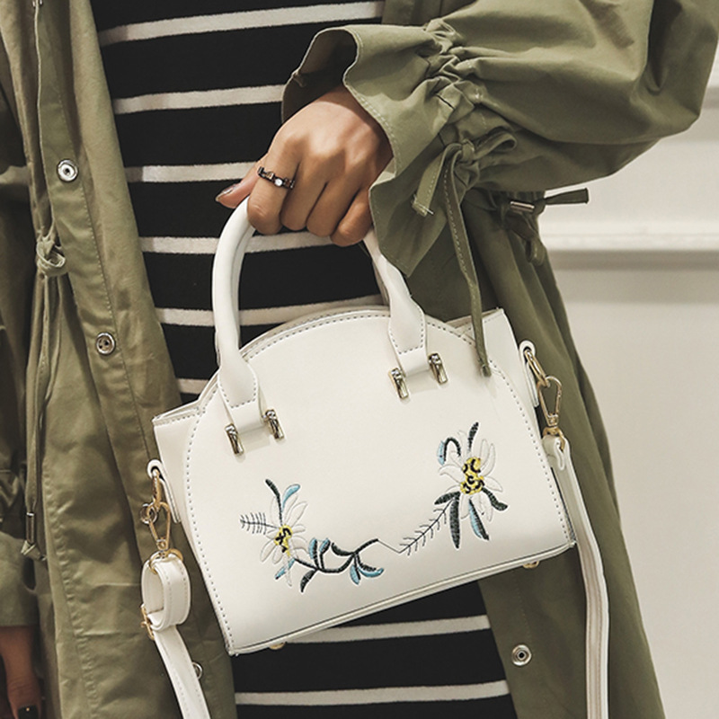 ФОТО 2017 European And American Fashion Embroidery Wings Package Spring New Embroidery Handbags Casual Shoulder Handbag Messenger Bag