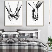 Черно белый постер с надписью love и «держащие руки» настенное
