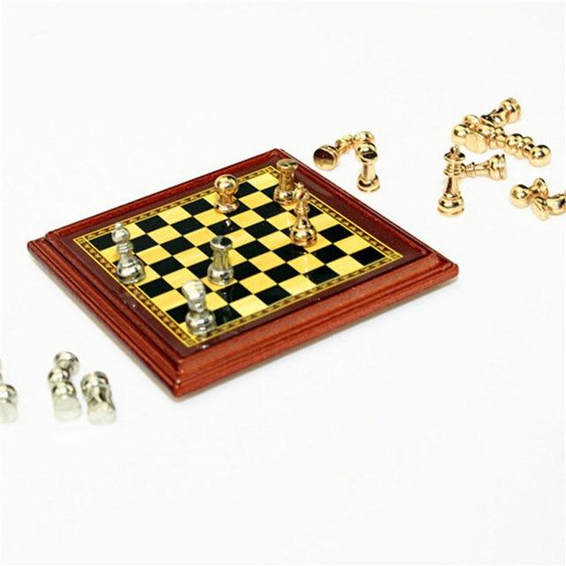 1:12 échelle maison de poupée Miniature en métal jeu d'échecs conseil jouets jeux d'échecs maison chambre maison de poupée ensemble de jouets jeux de Table pour enfants enfants 2
