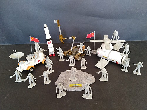 pvc  figure  space station satellite moon vehicle spaceship rocket puzzle children toy military model set