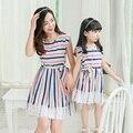 2017 новый мать дочь платья для девочек семья посмотрите женщины кружевные украшения синий белый полосатый платье семьи сопоставления одежда