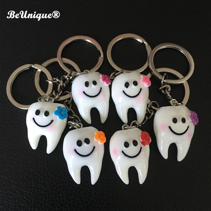 2018 New Imitation resin tooth Key Pendant Smiling teeth keychain Advertising Dental gifts Chaveiro DIY Jewelry Accessories