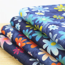 beb9d2208b Nueva llegada 50 140 cm flor impresa tela Denim elástico lavado pantalones  vaqueros por medio
