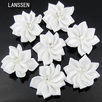 40 sztuk biały ręcznie mały materiałowy satynowe kwiaty z aplikacje z koralikami szycie wesele dodatki do odzieży kwiaty do rękodzieła 28mm tanie i dobre opinie LANSSEN R01664 HYBRID Ślub