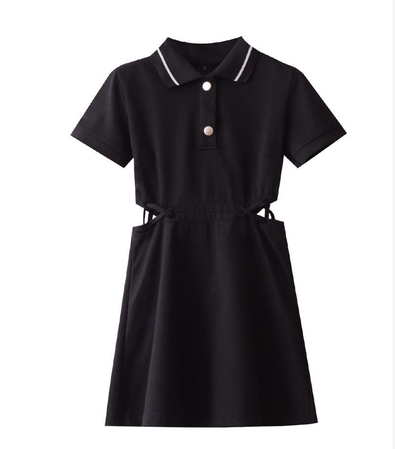 Une robe noire slim à taille haute d'une boutique française