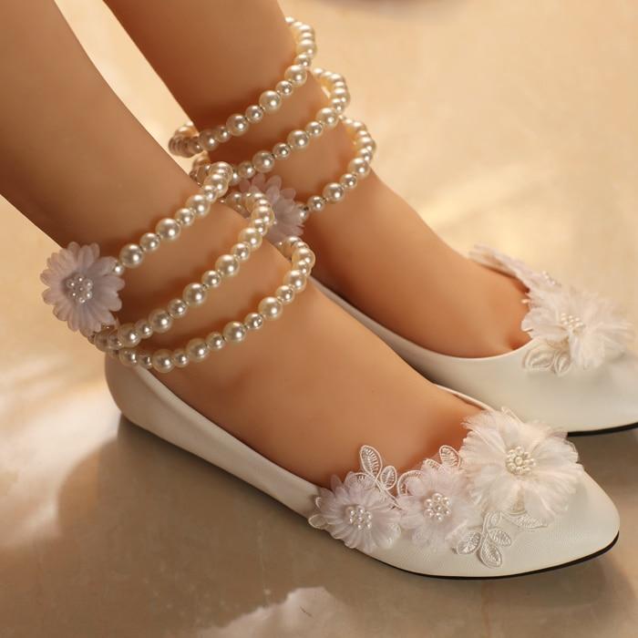 2018 կանանց հարսանեկան կոշիկ սպիտակ հարթ գարշապարը ծաղկի ձևավորում քաղցր տիկնայք հարսանիքի հարսնացու կոշիկ Pearl ձեռնաշղթա վաճառքում