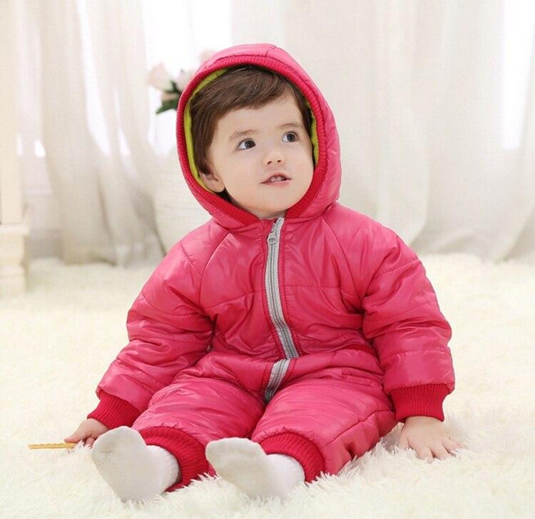 schlaftemperatur baby winter baby in roze de winterkleren royalty vrije stock afbeelding beeld. Black Bedroom Furniture Sets. Home Design Ideas
