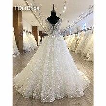 فستان زفاف لامع بأزرار خلفية على شكل حرف V ورقبة على شكل كرة