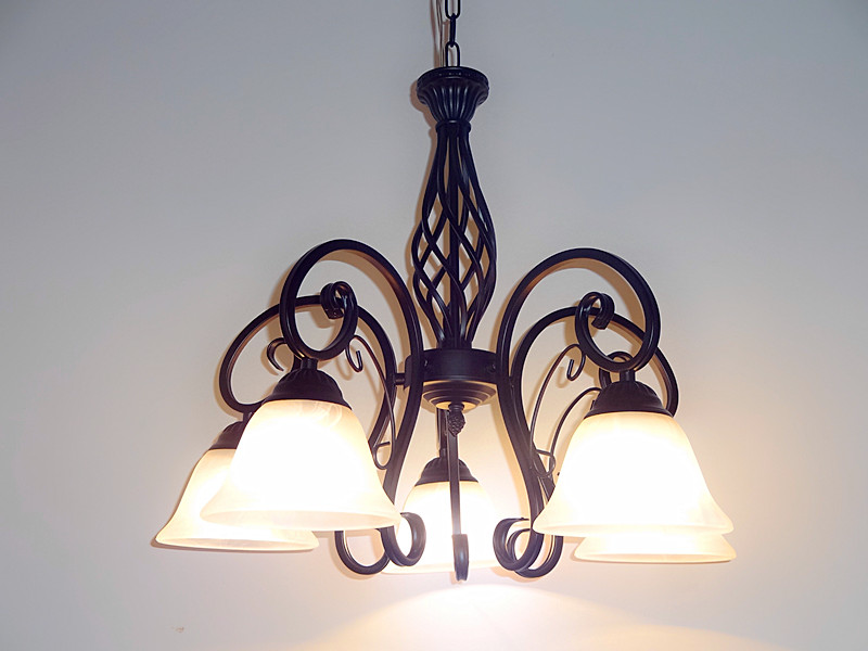 Lampadario Rustico In Ferro Battuto : ᐊpiù luce lampadario illuminazione di modo rustico lampade camera