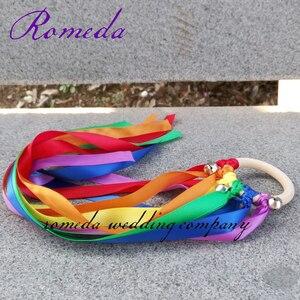 Image 3 - 20 pçs/lote Rainbow Color fita Mancha Fita Anel De Madeira Waldorf Com Sino de Mão Brinquedo Pipa para a Festa de Aniversário Favores