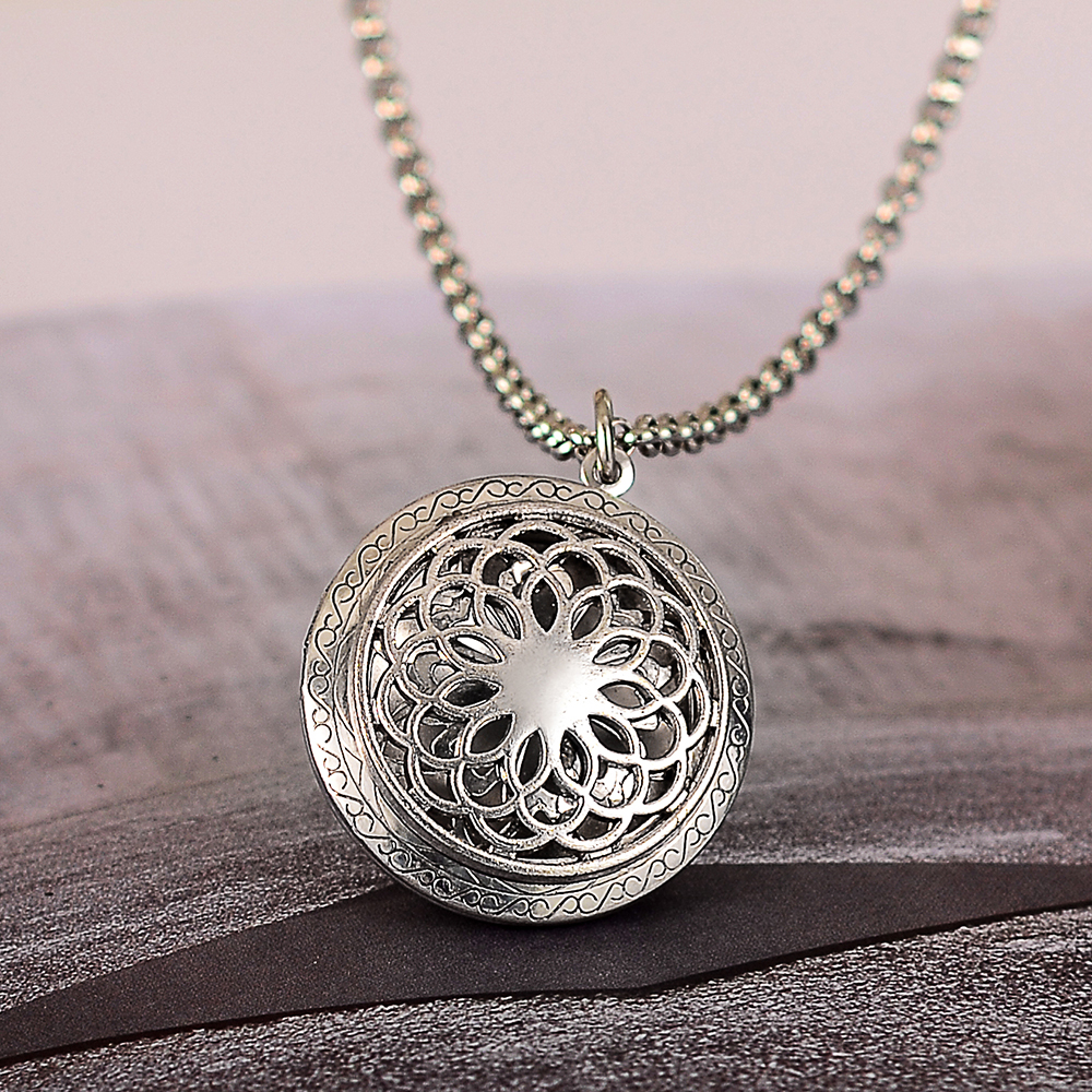 Essential Oil Diffuser Necklace Hollow Flower Aromatherapy Locket Pendant Chain Jewelry Charms Women Fashion Accessories 36*32mm