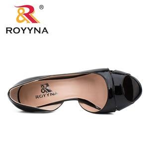 Image 4 - ROYYNA نمط جديد النساء مضخات الضحلة النساء أحذية عالية الكعب سيدة أحذية الزفاف مريحة ضوء حجم 5.5 8.5 شحن مجاني