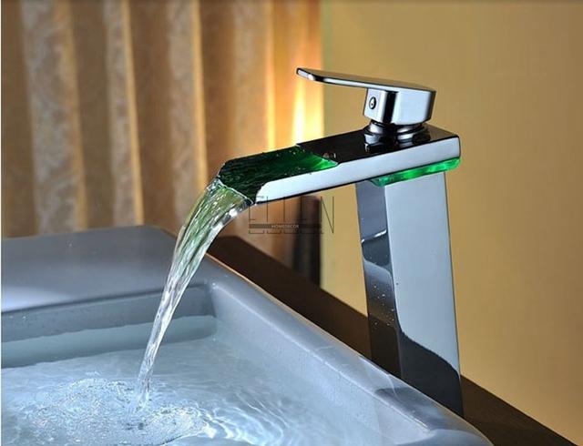 LED podsvícená vodopádová umyvadlová baterie se změnou barvy podle teploty vody