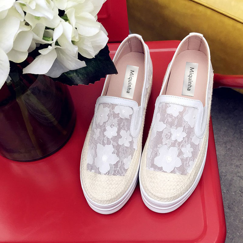 New 2017 Beautiful Women Flats Round Toe Lace Mesh Flowers Platform Shoes Slip on Soft Sole Flat Heel Shoes Nice Zapatos Mujer concise lofers for women spring women flats elastic band round toe flats size 34 43 flat sole platform shoes 2016 women shoes
