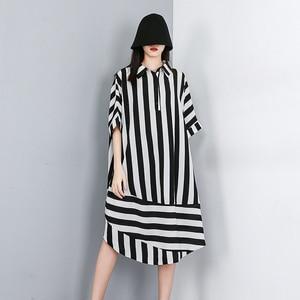 Image 3 - [EAM] 2020 새로운 봄 여름 옷깃 하프 슬리브 블랙 스트라이프 인쇄 분할 공동 큰 크기 셔츠 여성 블라우스 패션 조수 JW574