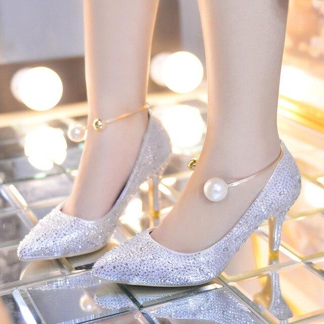 Silberne schuhe zum brautkleid
