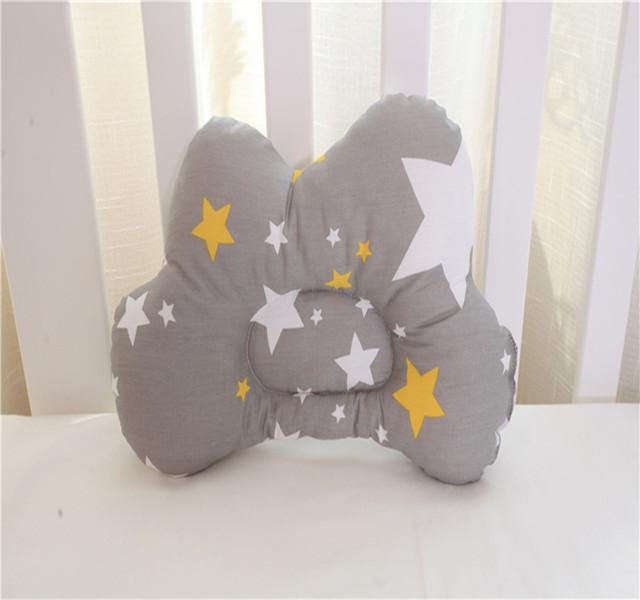 Posando estereótipos Travesseiro Forma da Nuvem Impressão de Algodão Recém-nascidos Do Bebê Travesseiro Anti Rolo Bebê Confortável Travesseiro de Pescoço Anti-preconceito