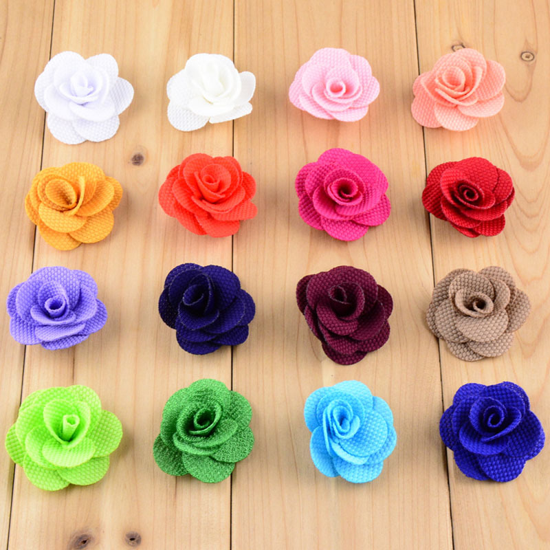Lot de 4 mini roses en coton blanc 4 fois 19 x 19 cm pli/ées dans un panier cadeau en jute 11 x 11 x 9,5 cm.