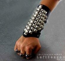 Metallo Argento Wristband con La Piramide Spikes Braccialetto Punk Del Motociclista