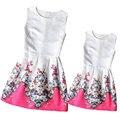 2016 Vestido de Mãe e Filha Família Roupas Combinando para o Olhar da Menina e Mãe de Verão Da Família Vestido Sem Mangas Impresso Vestido Meninas
