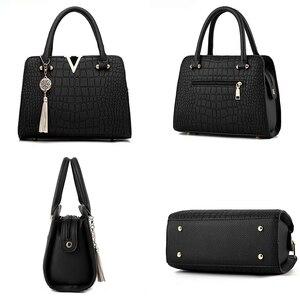 Image 4 - Женские модные дизайнерские сумки из крокодиловой кожи с V образным вырезом и буквами, роскошные качественные женские сумки через плечо, сумка мессенджер с бахромой