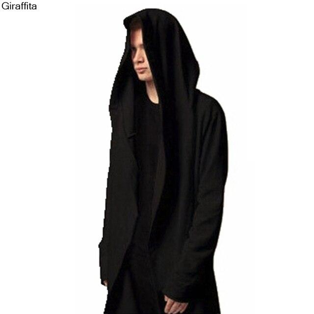 Un hombre vestido de negro
