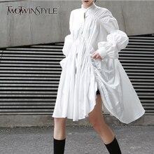 TWOTWINSTYLE الكورية نمط قمصان فستان المرأة الوقوف طوق نفخة طويلة الأكمام غير متناظرة فساتين الإناث 2020 الربيع موضة
