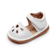 Обувь для маленьких девочек; пищалка; для детей 1-3 лет; ручная работа; сезон весна-лето; обувь; сандалии для девочек с вырезами; Забавная детская кожаная обувь