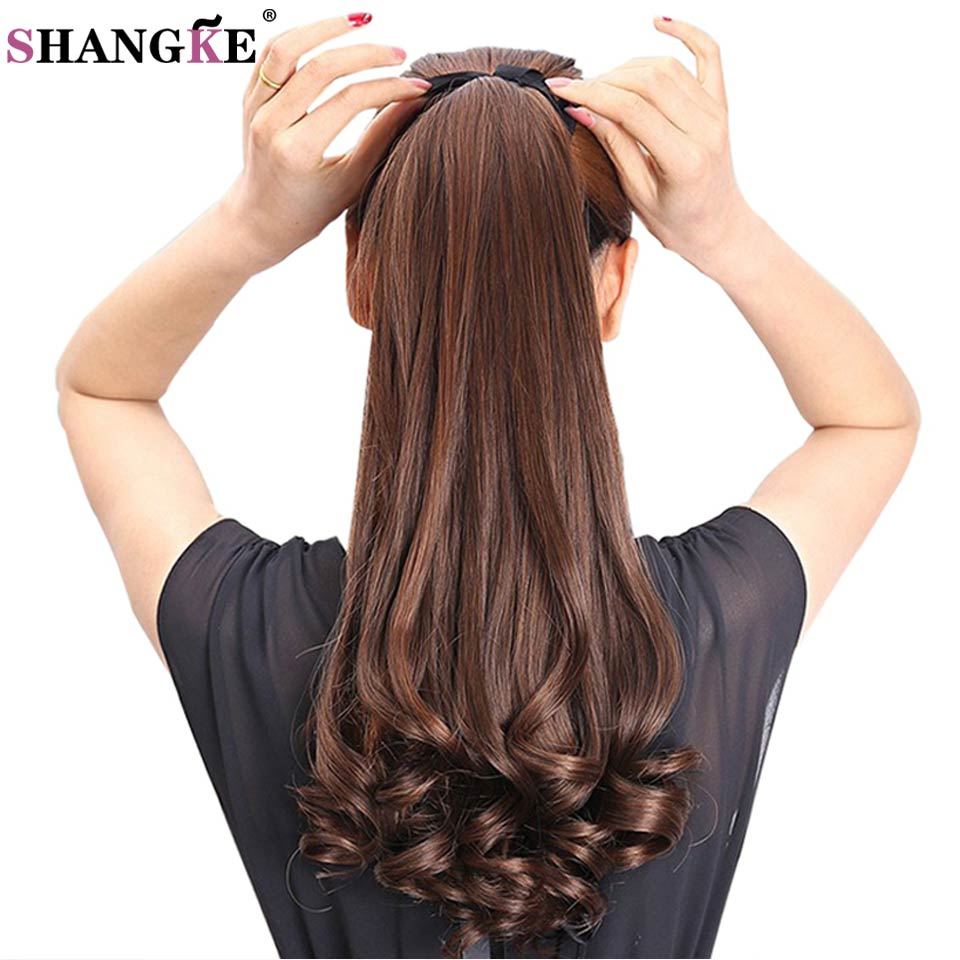 SHANGKE HAIR 22 '' Lång Curly Synthetic Ponytail Ljusbrunt Drawstring Clip In Ponytail Hair Extensions Värmebeständigt Hårstjärna