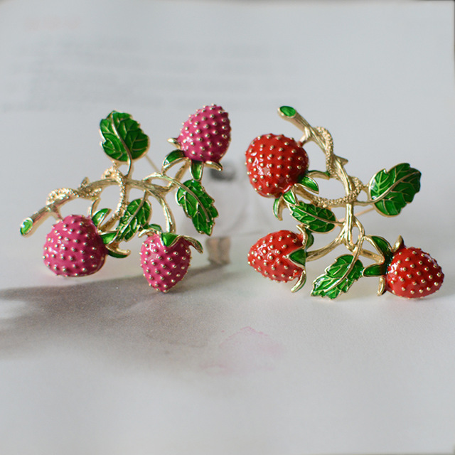 Retro design Strawberry luxury wild brooch Corsage simple pin female jacket cardigan accessories