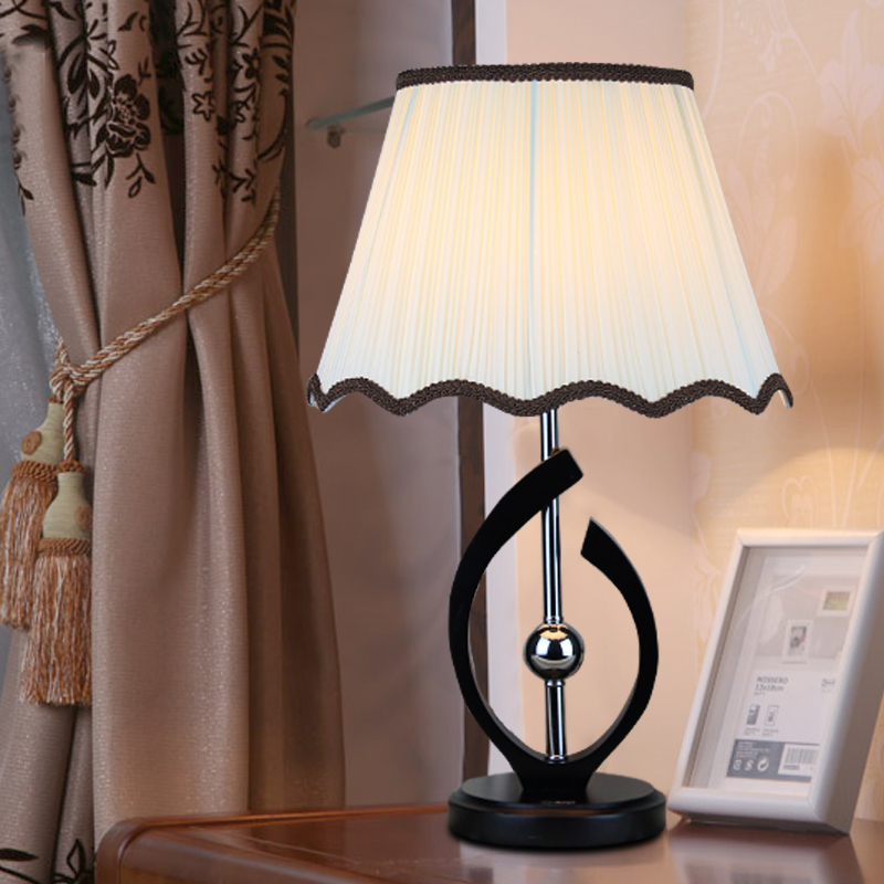 Table lamp led modern simple bedroom bedside study creative led lamp fashion warm solid wood room lamps table light CL MZ120 цена