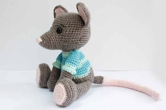 Crochet Along Amigurumi Mouse - YouTube | Horgolt szívek, Horgolás,  Ajándékötletek | 380x570