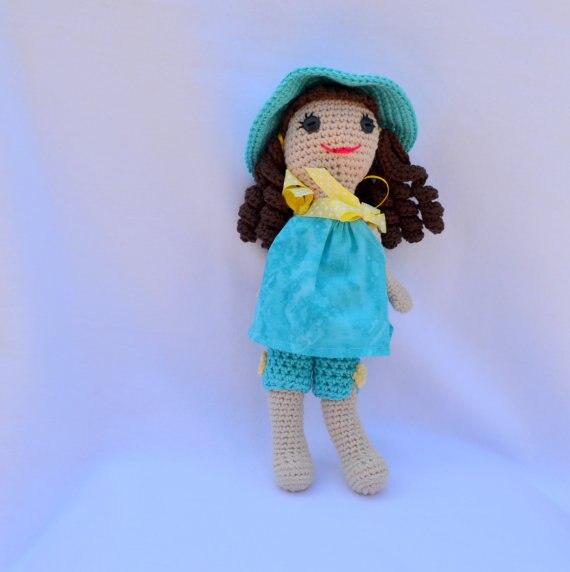 Jouets et poupées au crochet dans un hochet pour fille
