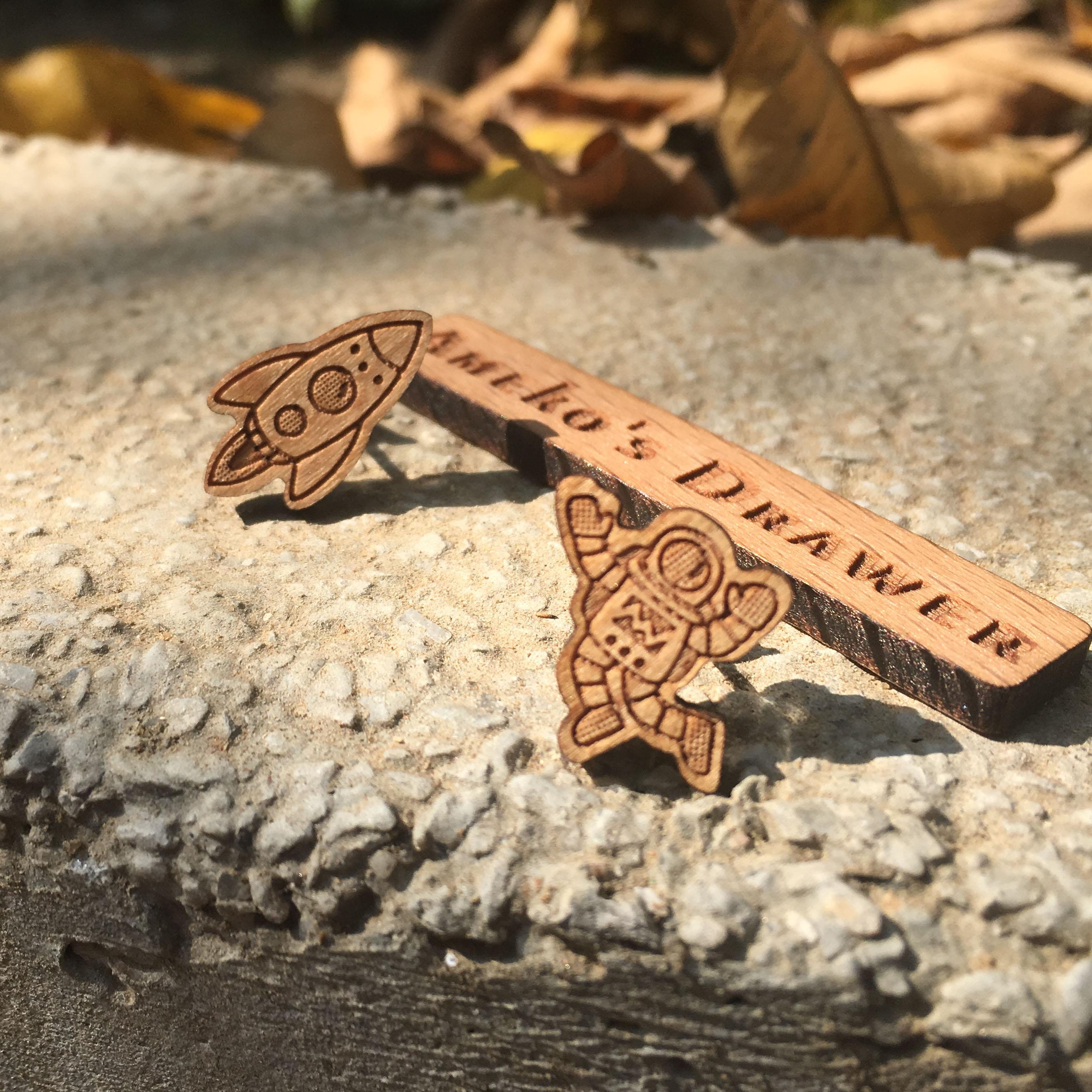 Majhni ročno izdelani leseni uhani za astronavte in vesoljske ladje - Modni nakit - Fotografija 2
