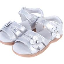 Сандалии из мягкой кожи для девочек с открытым носком и цветами; Серебристые летние туфли для крестин и свадьбы; женская официальная обувь; розничная