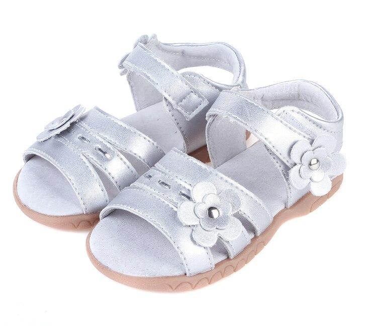 Filles doux en cuir sandale à bout ouvert avec des fleurs argent pour christenning de mariage d'été chaussures dames formelle de détail