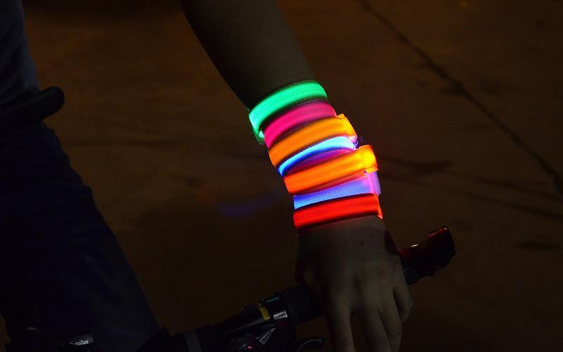 20 pcs/lot LED Bracelet en Nylon brillant réglable s'attardant jusqu'à bracelets spectacle scène Concert divertissement tenues L315