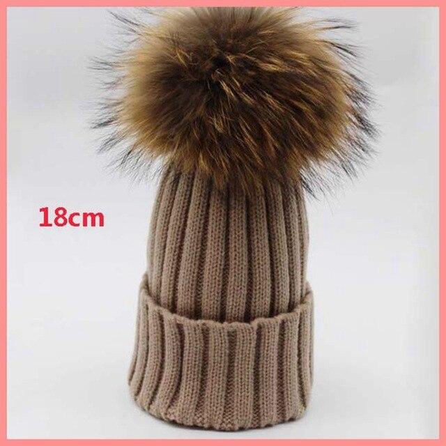 Завод прямых продаж 18 см супер большой мех енота пом пом вязаная шапка зима теплая женщины мужчины трикотажные шапочки hat многоцветный skullies