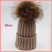 Vendita diretta della fabbrica 18 cm super grande pelliccia di procione pom pom cappello lavorato a maglia inverno caldo donna uomo berretti a maglia cappello multicolor skullies