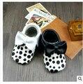 Новый черный горошек Детские Мокасины Из Натуральной Кожи Мягкие Moccs Детская Обувь Новорожденные первые ходунки противоскользящие Детская Обувь обувь
