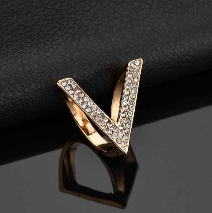 Kualitas tinggi 2018 Baru Keren Mode Berlian Imitasi Bros Wanita Aksesoris Pakaian Emas perak Warna Surat V Klip Syal