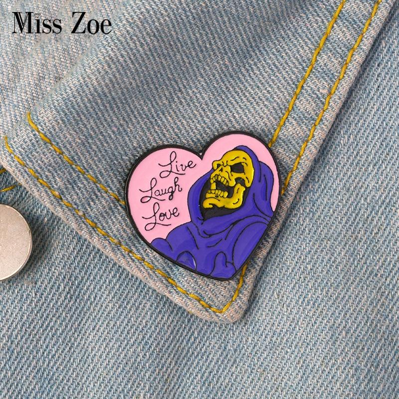621f61a06f8ae Live Laugh Love esmalte pino Crachá Esqueleto da forma Do Coração Broche pin  de Lapela para Denim Jeans camisa saco de Presente Da Jóia Gótico para o  amigo ...