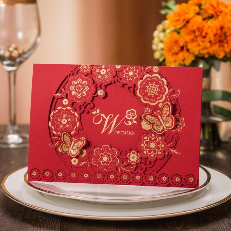 50 pcs/paquet cartes d'invitations de mariage de papier rouge de papillon de fleur de coupe de Laser de Style classique avec la Page intérieure blanche et l'enveleope