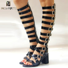 Prova perfetto couro patente oco para fora do joelho botas altas sandálias fivela cinto quadrado salto alto peep toe romen sandálias femininas